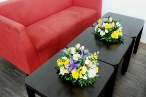 декорация цветы жёлеый белый фиалетовый