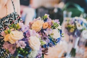 свадебный букет белый фиалетовый синий