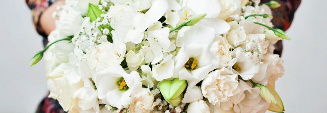 белые свадебные цветы и декорация